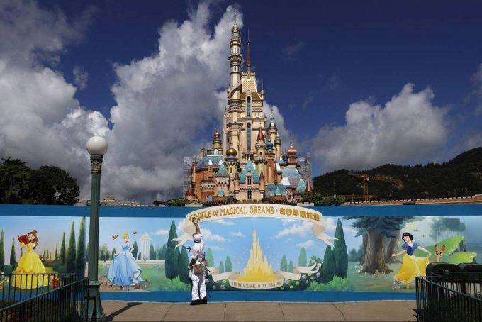 홍콩 디즈니랜드 입구에서 한 직원이 포스터를 청소하고 있다. 2020.06.17. /AP=뉴시스