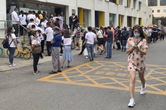 [베이징=AP/뉴시스]최근 중국 베이징의 대형농수산물 시장에서 신종 코로나바이러스 감염증(코로나19) 집단 발병 사태 여파가 최소 3개 성으로 확산한 가운데 15일(현지시간) 베이징의 보건소 앞에서 핵산 증폭 검사를 받으려는 시민들이 마스크를 쓰고 줄 서 있다. 베이징에서 코로나19 확진 사례가 증가하면서 중국 내에서 베이징 방문자에 대한 관리를 강화하고, 베이징 방문을 자제시키고 있다. 2020.06.15.