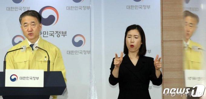 박능후 보건복지부 장관이 22일 서울 세종로 정부서울청사 브리핑룸에서  코로나19 대응 중대본회의 결과를 발표하고 있다./사진제공=뉴스1