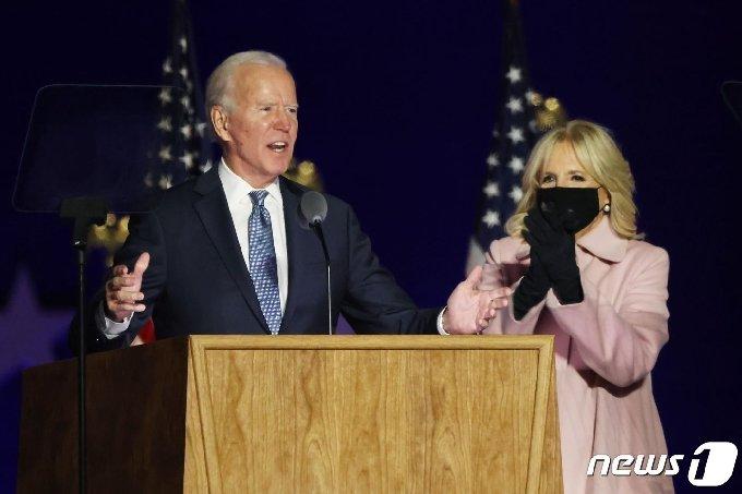 조 바이든 미국 대통령 당선인과 질 바이든 여사가 4일 델라웨어주 윌밍턴에서 지지자들에게 발언하고 있다. © AFP=뉴스1