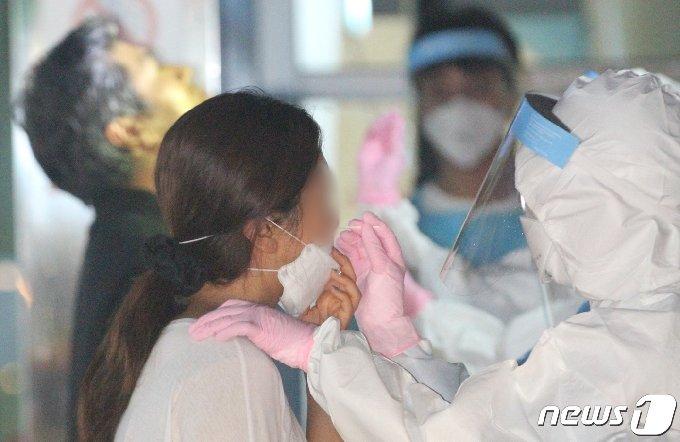 제주특별자치도는 지난 14일부터 17일까지 서울을 방문한 이력이 있는 A씨가 22일 오후 7시7분쯤 코로나19 확진판정을 받았다고 이날 밝혔다. 의료진이 검체를 채취하고 있다. 2020.8.25/뉴스1 © News1 강승남 기자