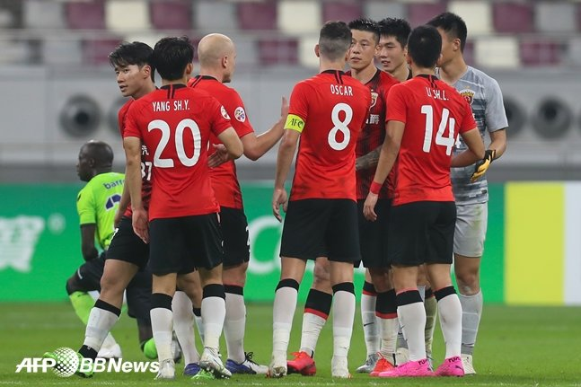 상하이 선화 선수들이 22일 ACL 조별예선 전북전 승리 후 기뻐하고 있다. /AFPBBNews=뉴스1
