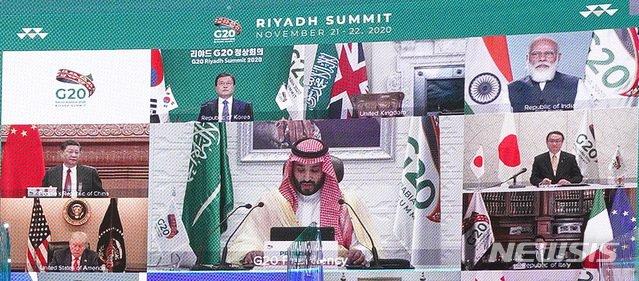 [서울=뉴시스]추상철 기자 = 화상을 통해 보이는 문재인 대통령을 비롯한 각국 정상들이 22일 청와대에서 2020년 G20 화상 정상회의(2일차)에 참석해 무함마드 빈 살만 사우디아라비아 왕세자의 발언을 듣고 있다. 2020.11.23.   scchoo@newsis.com