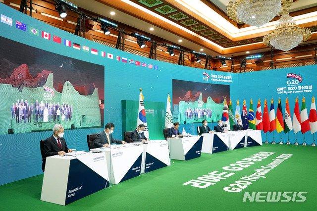 [서울=뉴시스]추상철 기자 = 문재인 대통령이 22일 청와대에서 2020년 G20 화상 정상회의(2일차)에 참석해 있다. 2020.11.23. scchoo@newsis.com