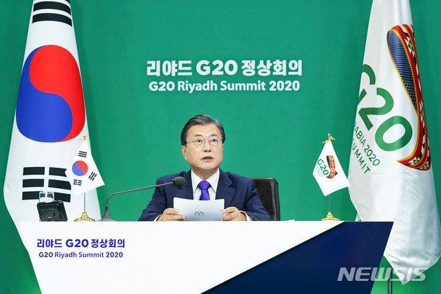 [서울=뉴시스]추상철 기자 = 문재인 대통령이 22일 청와대에서 2020년 G20 화상 정상회의(2일차)에 참석해 제2세션의 주제인 '포용적·지속가능·복원력 있는 미래'와 관련 의제 발언을 하고 있다. 2020.11.23. scchoo@newsis.com