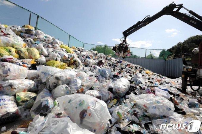 지난 10월 서울의 한 재활용센터에 쓰레기가 산더미 처럼 쌓여 있다. 사진은 기사와 직접적인 관련 없음,/사진=뉴스1
