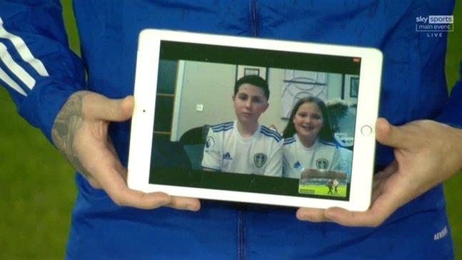 태블릿을 통해 마스코트 어린이로 나선 엘리엇 메트칼프(왼쪽). /사진=더 선(스카이스포츠 중계화면 캡처)