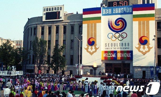 오는 28일부터 10월 14일까지 서울 종로구 서울역사박물관에서 열리는 '88 올림픽과 서울' 특별전에 전시되는 '1988년 서울올림픽 개막식' 모습. '88 올림픽과 서울' 특별전은 1979년 10월 '제24회 올림픽 유치 계획' 공식 발표부터 1988년 서울올림픽과 서울장애자올림픽의 성공적인 마무리까지 10년 동안의 서울의 도시공간과 도시민들의 생활상 변화가 서로 유기적으로 상호 작용하며 변화하는 과정을 살펴볼 수 있다. (서울역사박물관 제공) 2018.7.27/뉴스1