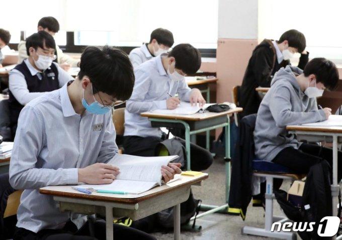 (대전=뉴스1) 김기태 기자 = 2021학년도 대학수학능력시험을 10일 앞둔 23일 오후 대전 중구 동산고등학교 3학년 교실에서 고3 수험생들이 막바지 수능 준비를 하고 있다. 2020.11.23/뉴스1