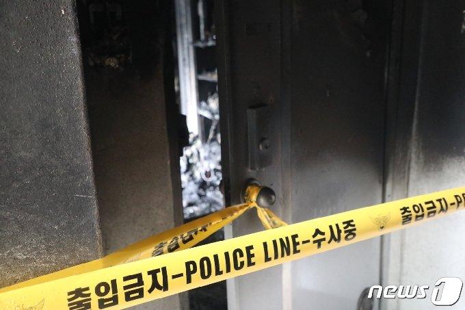 불이난 부산 금정구 한 아파트 12층 앞에 폴리스라인이 설치돼 있다.2020.11.24/© 뉴스1 박세진 기자