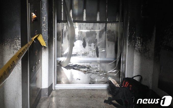 부산 금정구 한 아파트 12층에서 불이나 엘리베이터가 검게 그을렸다.2020.11.24/ © 뉴스1 박세진 기자