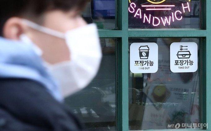 [서울=뉴시스]홍효식 기자 = 수도권 사회적 거리두기 2단계가 시행된 24일 오후 서울의 한 음식점 및 카페에 '포장 가능'이라고 적힌 스티커가 부착돼 있다. 2020.11.24.   yesphoto@newsis.com