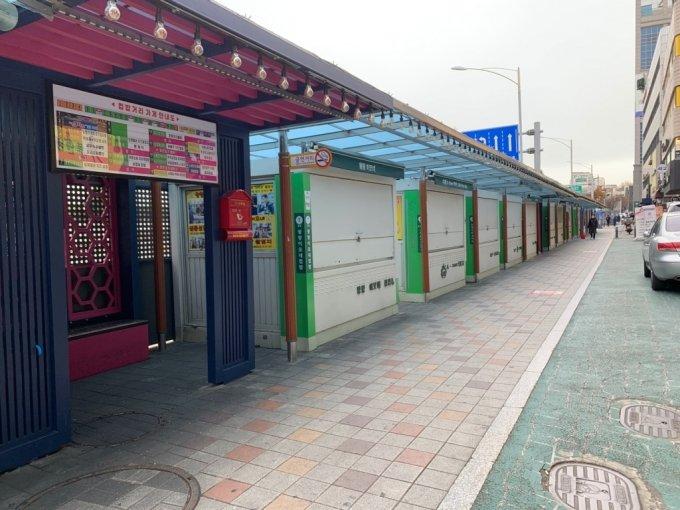 24일 오전 서울 동작구 노량진로 '노량진컵밥거리' 가게들이 문을 닫았다./사진=김주현 기자