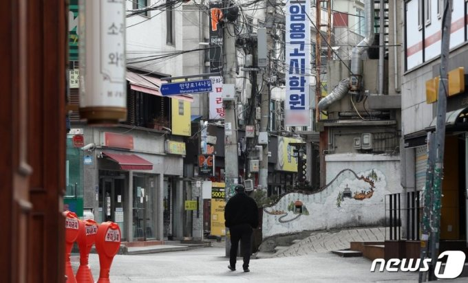 수도권지역에 신종 코로나바이러스 감염증(코로나19)이 확산하고 있는 가운데 24일 오전 서울 동작구 노량진 학원 밀집지역에 적막감이 감돌고 있다. /사진=뉴스1
