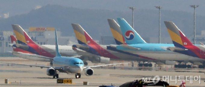 대한항공과 아시아나항공 항공기가 인천공항에 주기돼있다./인천=이기범 기자 leekb@