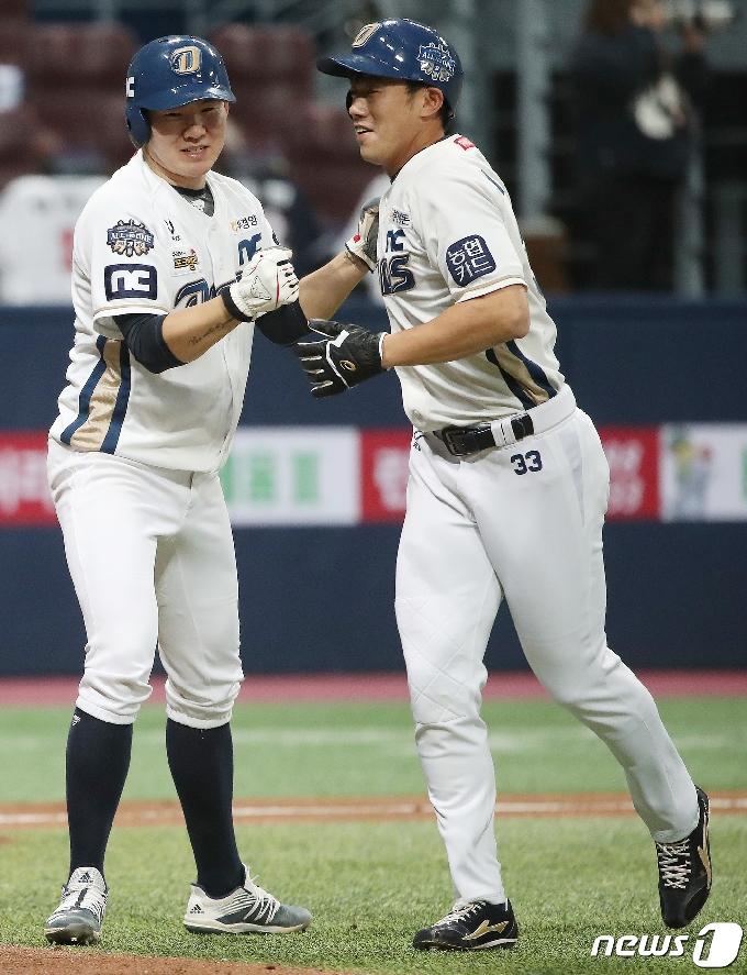 [사진] 이명기 반기는 박민우 '승리하자'