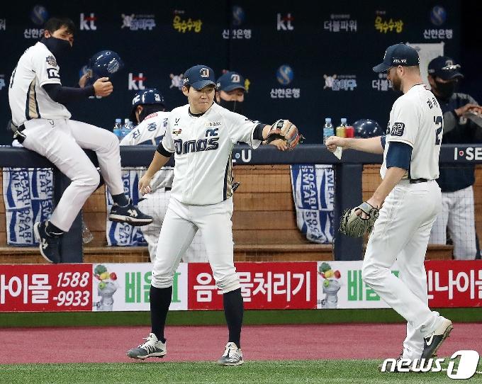 [사진] 박민우 '라이트 잘했어!'