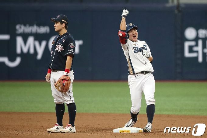 [사진] 환호하는 박민우 '우승이 보인다'