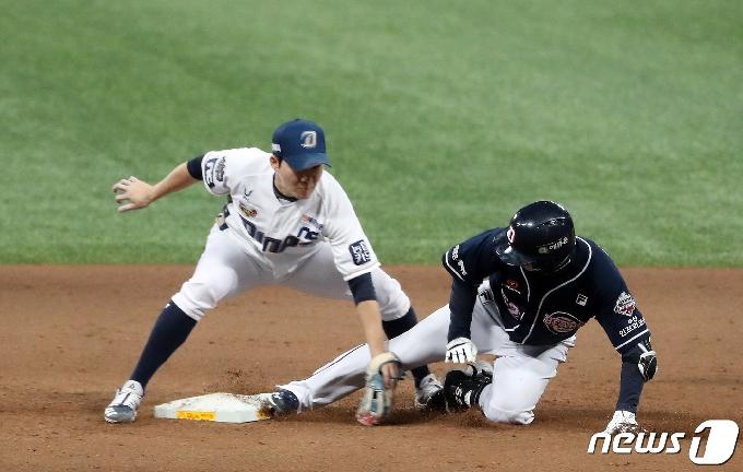 [사진] 김재호, 적시타 때리고 2루까지