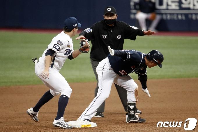 [사진] 두산 김재호 '세이프 맞죠?'