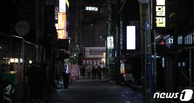 [사진] 거리두기 2단계 격상 첫날 '고요한 신촌'