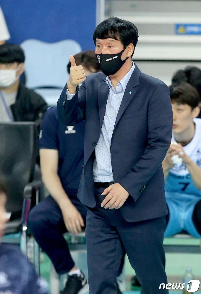 [사진] 지시하는 신영철 감독