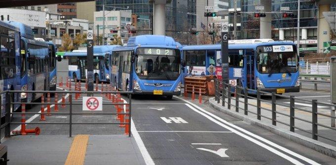 [서울=뉴시스]김선웅 기자 = 수도권 사회적 거리두기가 2단계로 격상됨에 따라 서울시가 24일부터 오후 10시 이후 시내버스 야간운행 편수를 평상시보다 80% 수준으로 감축한다고 밝혔다. 이에 따라 오후 10시부터 2시간 동안 야간 시내버스 운영횟수는 2458회에서 1996회로 줄어든다. 지하철은 27일부터 같은 비율로 10시 이후 감축운행을 시행할 예정이다. 24일 서울 시내 한 버스정거장의 모습. 2020.11.24.   mangusta@newsis.com