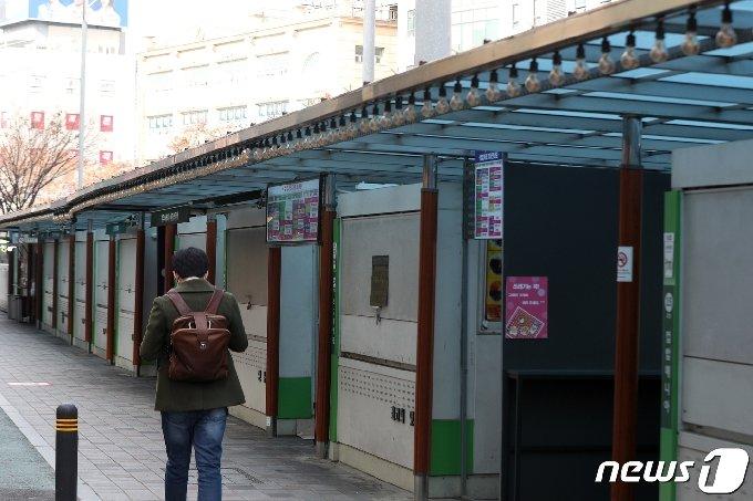 수도권지역에 신종 코로나바이러스 감염증(코로나19)이 확산하고 있는 가운데 24일 서울 동작구 노량진 컵밥거리가 한산하다. © News1 황기선 기자