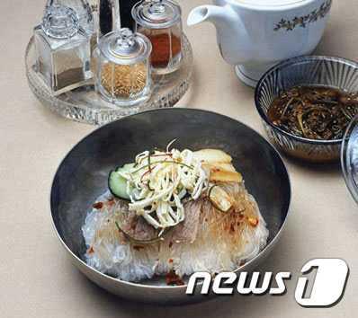 북한 양강도 혜산시의 음식점 '압록각'에서 감자로 만든 '농마국수'(조선의 오늘 갈무리)© 뉴스1