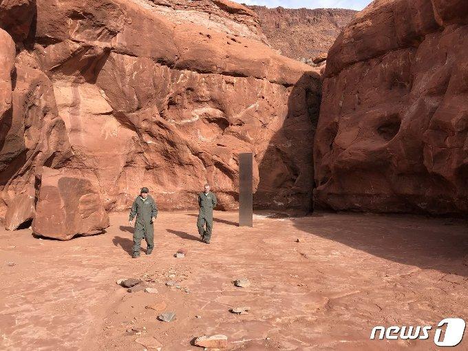 기둥은 붉은 암석으로 이루어진 배경과 뚜렷한 대조를 이루고 있다. © 로이터=뉴스1