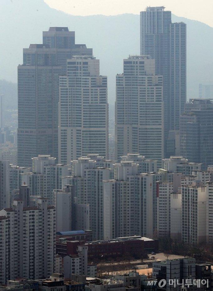 정부의 부동산 규제 대책과 코로나19로 인한 경기 침체 우려가 겹치면서 강남권 아파트값이 하락세를 보이고 있다.서울 아파트값은 강남4구인 송파(-0.17%) 강남(-0.12%) 강동(-0.06%) 서초(-0.04%)를 비롯해 용산(-0.01%) 등 고가 아파트가 많은 지역 위주로 떨어졌다.사진은 31일 강남구 아파트 단지 모습. / 사진=김창현 기자 chmt@