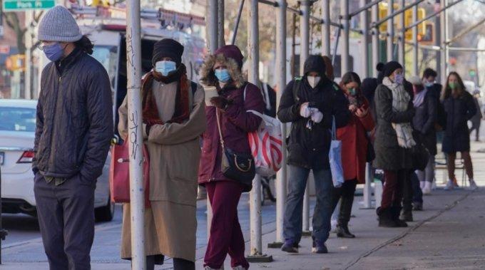 미국 뉴욕 브루클린에서 지난 18일 사람들이 코로나19 검사를 받기 위해 줄을 서고 있다. /사진=AP/뉴시스