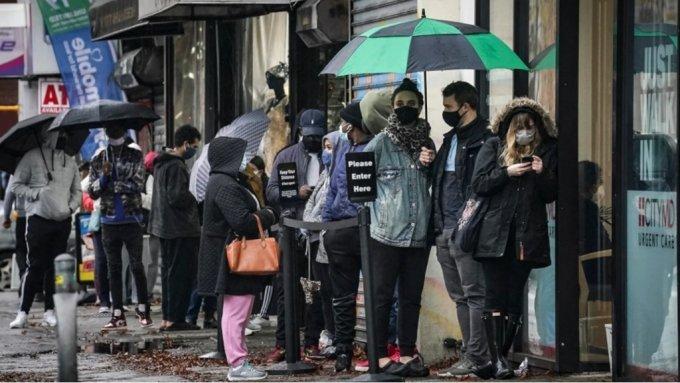 미국 뉴욕에서 지난 13일 사람들이 병원으로 들어가기 위해 줄을 선 모습. /사진=AP/뉴시스