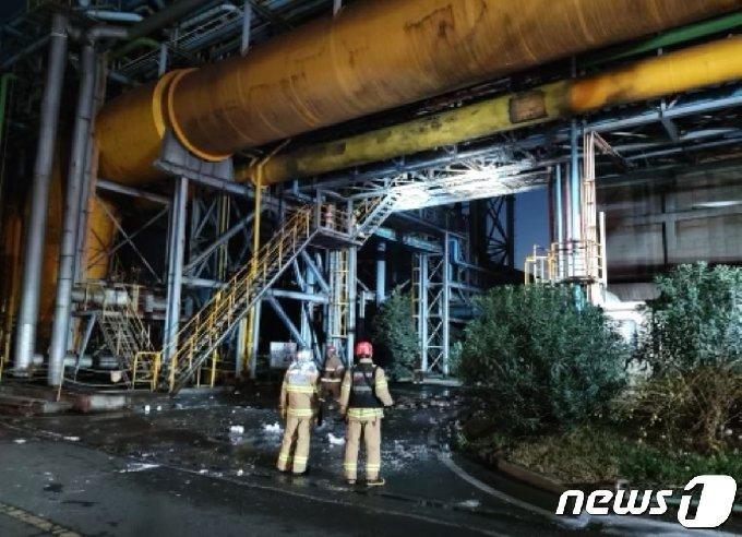 24일 오후 4시2분쯤 포스코 광양제철소 1고로 부대설비에서 폭발이 발생해 3명이 사망했다. 현장에 출동한 소방대원들이 사고 현장을 수습하고 있다.(전남소방본부 제공)2020.11.24 /뉴스1 © News1