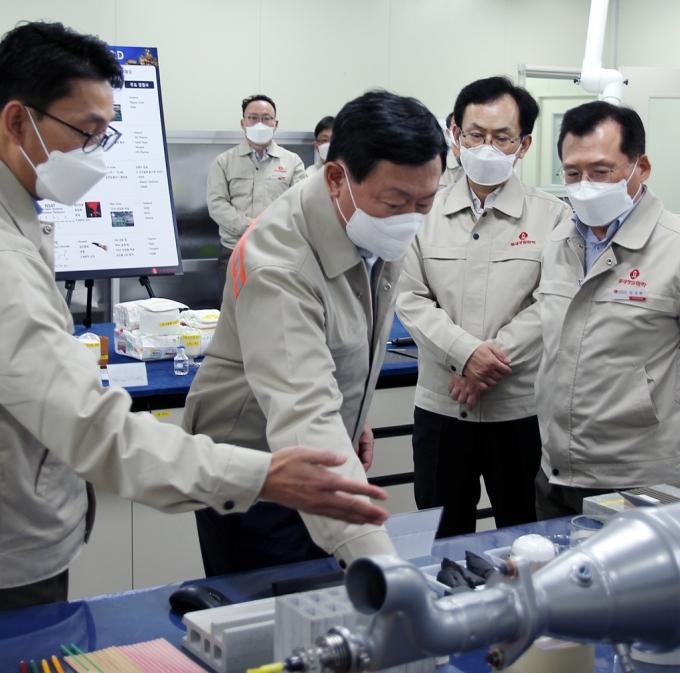 신동빈 회장 현장 경영…미래 신사업 '화학'에 꽂혔다
