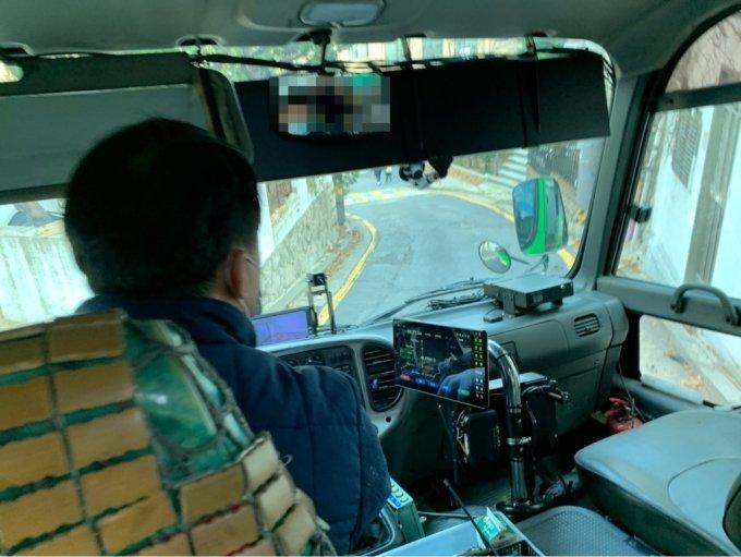 24일 오전 10시쯤 서울 종로구 부암동 부근 경사로에서 마을버스가 운행 중이다./사진=이강준 기자