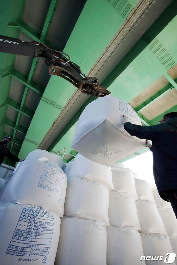 [사진] 제설작업 소금 구입...올 겨울 대비