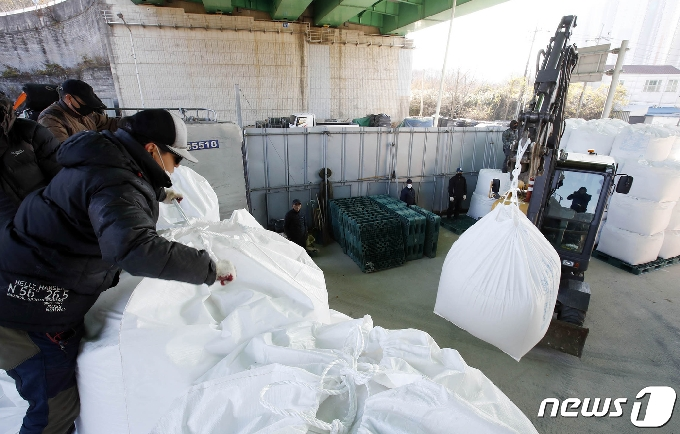 [사진] 이번 겨울 폭설 시 사용할 소금 구입