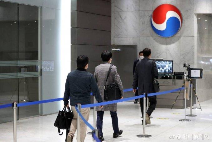 16일 서울 중구 대한항공 서소문사옥에서 아시아나항공 인수 관련 논의를 위한 한진칼과 대한항공의 이사회가 열린 가운데 직원들이 업무를 보고 있다. / 사진=이기범 기자 leekb@