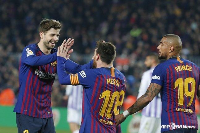 2019년 2월 열린 리그 경기에서 메시(가운데)의 골이 나오자 피케(왼쪽)와 보아텡이 함께 기쁨을 나누고 있다. /AFPBBNews=뉴스1