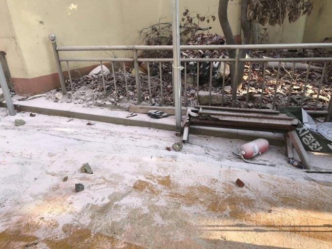 소화기 분말로 뒤덮인 사랑제일교회 진입로./사진=이정현 기자