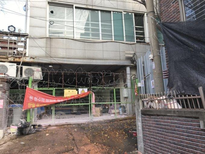철조망이 설치된 사랑제일교회 뒤편./사진=이정현 기자