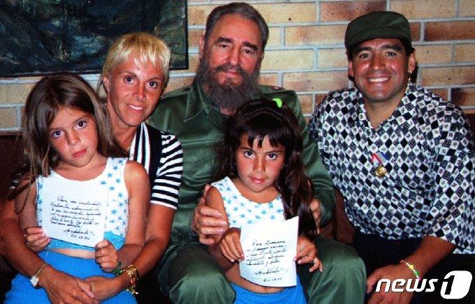 피델 카스트로 쿠바 국가평의회 의장이 아르헨티나 축구스타 디에고 마라도나, 부인 클라우디아 빌라파네, 두 자녀와 12월 30일 혁명궁전을 방문한 자리에서 포즈를 취하고 있다. © 로이터=뉴스1 © News1 이동원 기자