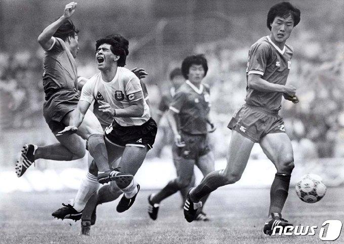 1986년 멕시코 월드컵 1차전에서 한국의 허정무 선수가 마라도나에게 거친 태클을 하고 있다. © 로이터=뉴스1 © News1 박형기 기자