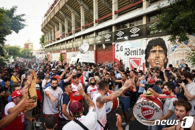 25일(현지시간) 아르헨티나 부에노스아이레스의 디에고 아르만도 마라도나 경기장 밖에서 축구 전설 디에고 마라도나의 죽음을 애도하기 위해 사람들이 모여들고 있다. © 로이터=뉴스1 © News1 이동원 기자