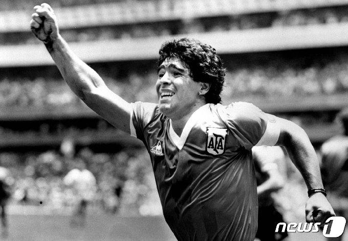 아르헨티나의 '축구 전설' 디에고 마라도나가 1986년 6월 22일 멕시코에서 열린 월드컵 준결승에서 잉글랜드와의 경기에서 결승골을 넣은 후 공중에서 팔을 들고 환호하고 있다. © 로이터=뉴스1 © News1 이동원 기자