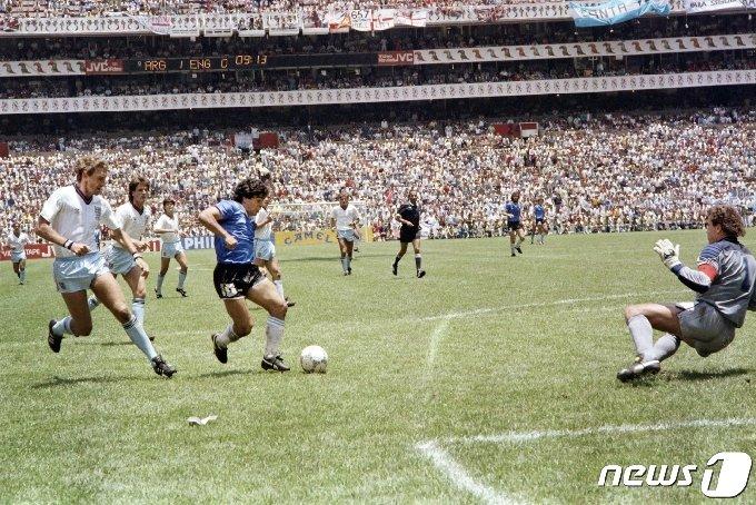 86년 월드컵 잉글랜드 전 마라도나 드리블 © AFP=뉴스1 © News1 이종덕 기자