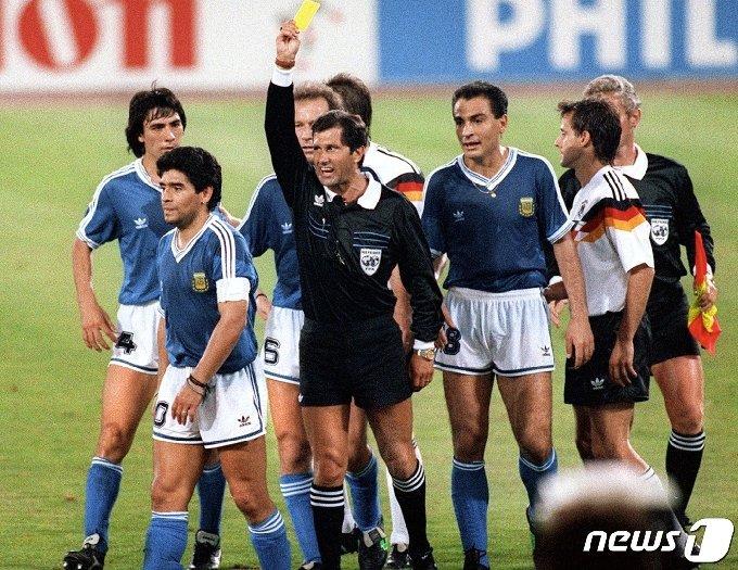 1990년 7월 8일 아르헨티나-서독 월드컵 축구 결승전 도중 디에고 마라도나가 에르네스토 코데살 멘데즈 멕시코 심판으로 부터 옐로카드를 받고 있다. © AFP=뉴스1 © News1 이동원 기자