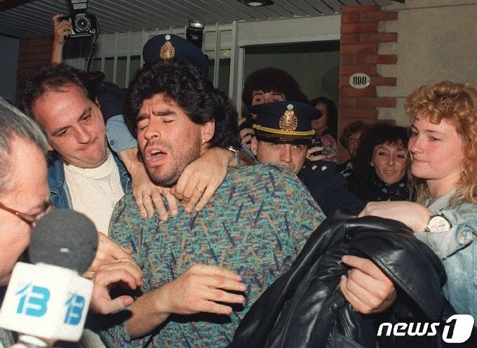 아르헨티나 축구영웅 디에고 마라도나가 1991년 4월 26일 부에노스아이레스의 한 아파트에서 코카인 마약소지 혐의로 경찰에 체포되고 있다. 아르헨티나의 축구 전설 디에고 마라도나가 2020년 11월 25일 세상을 떠났다. © AFP=뉴스1 © News1 이동원 기자