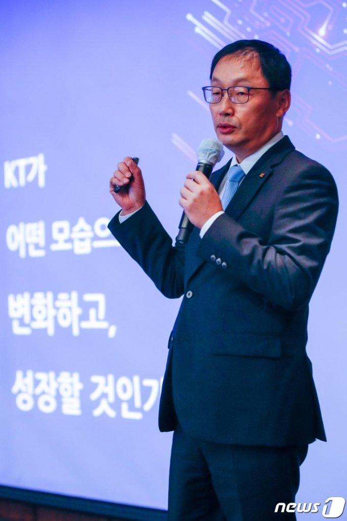 (서울=뉴스1) 안은나 기자 = 구현모 KT 대표가 28일 강남구 그랜드 인터컨티넨탈 서울 파르나스에서 열린 KT 경영진 기자간담회에서 디지털 플랫폼 기업으로의 도약과 B2B ICT 시장 1등 기업 실현을 위한 비전을 발표하고 있다. 2020.10.28/뉴스1
